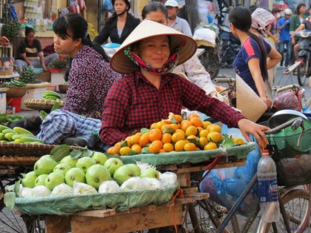 Smiling lady @ Đồng Xuân Market in Vietnam