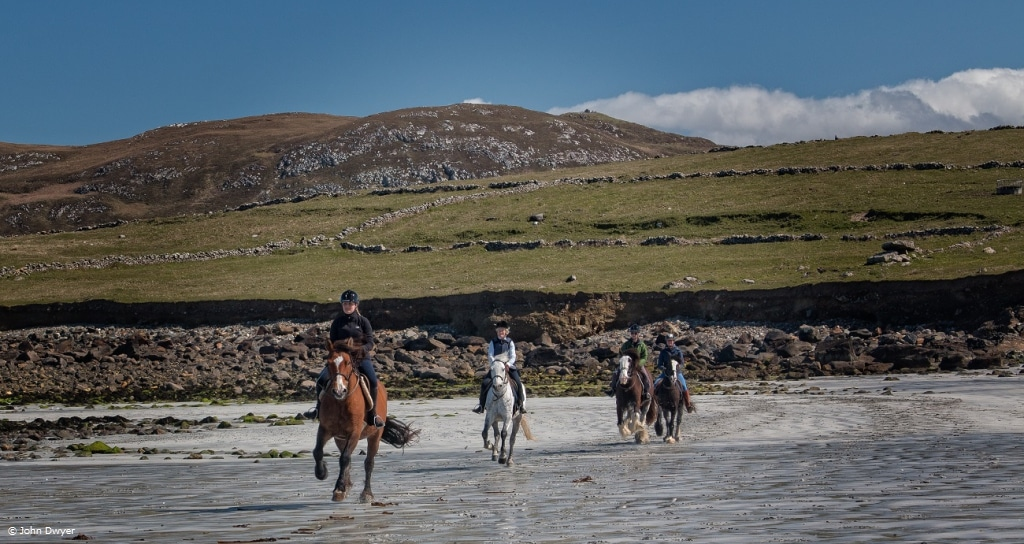 Horse riding surrounded by the beautiful coast line of Connemara (photo credits John Dwyer)