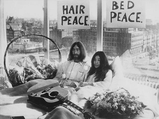 John Lennon and Yoko Ono in bed Hilton Hotel Amsterdam 1969