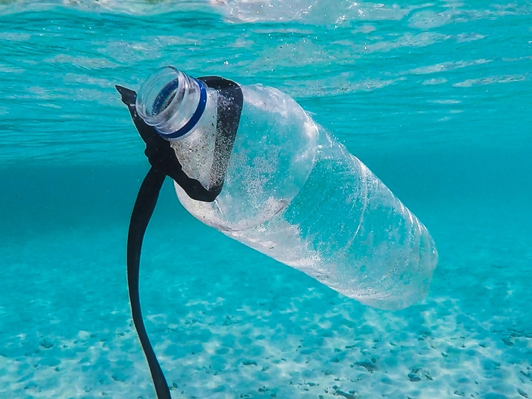 Plastic bottle in the ocean, travel climate friendlier
