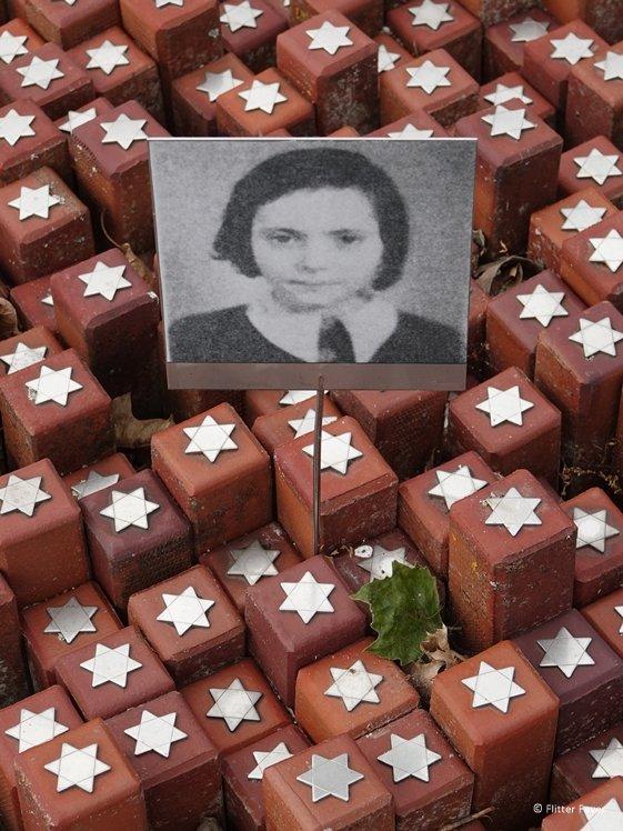Foto van een gedeporteerd meisje bij sterrenmonument Kamp Westerbork