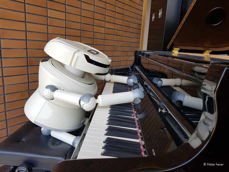 Robot speelt piano in Henn na Hotel Japan