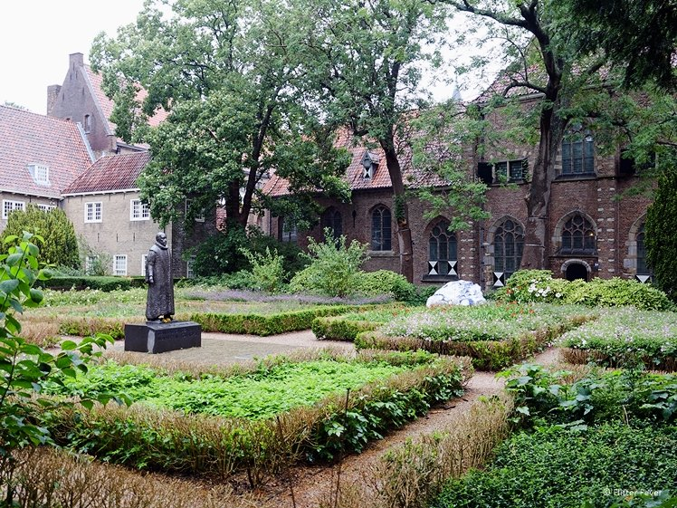 Prinsenhof Delft garden with statue and Gaudi bench with Delft Blue tiles