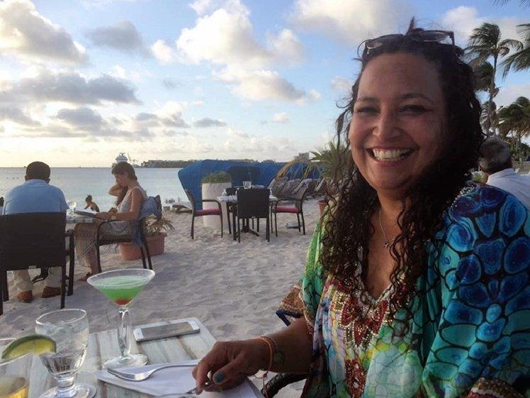 Mooie vrouw die lacht op een strand op Aruba