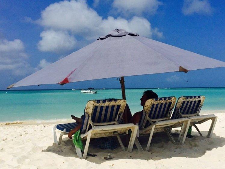 Ontspannen op een tropisch strand van Aruba