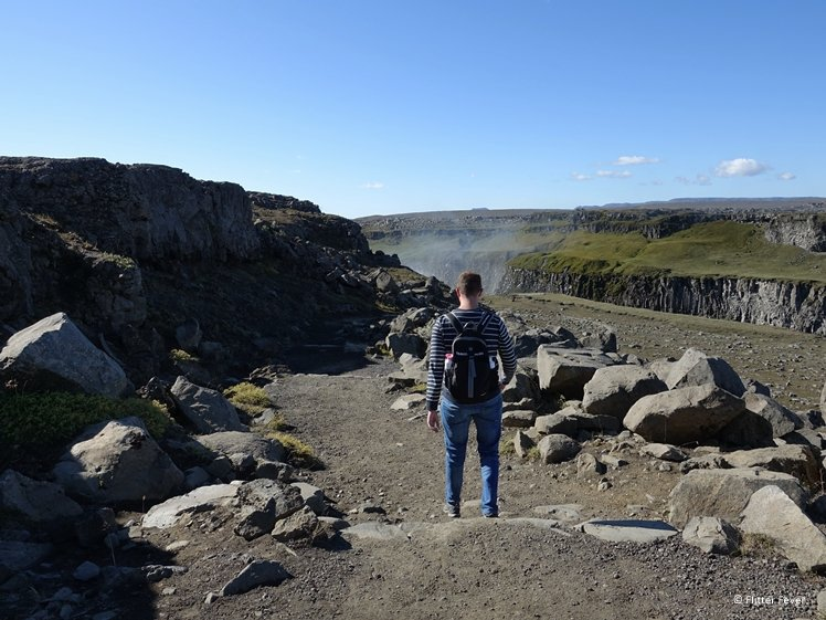 Walking down from the parking lot (east) to Dettifoss