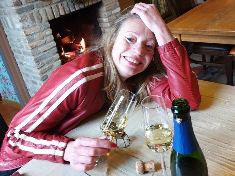 Peetra van der Knaap met champagne bij Holset