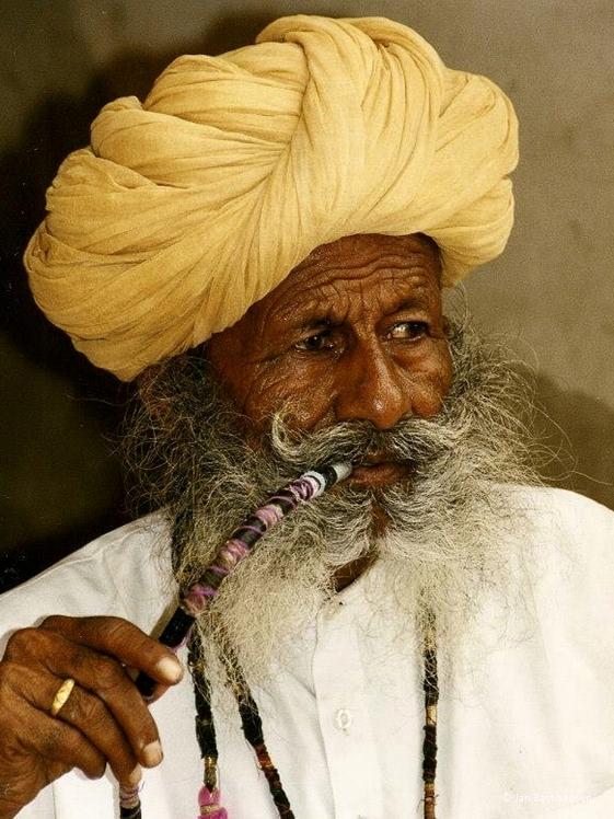 Indiaase man rookt pijp door Jan Bastiaansen