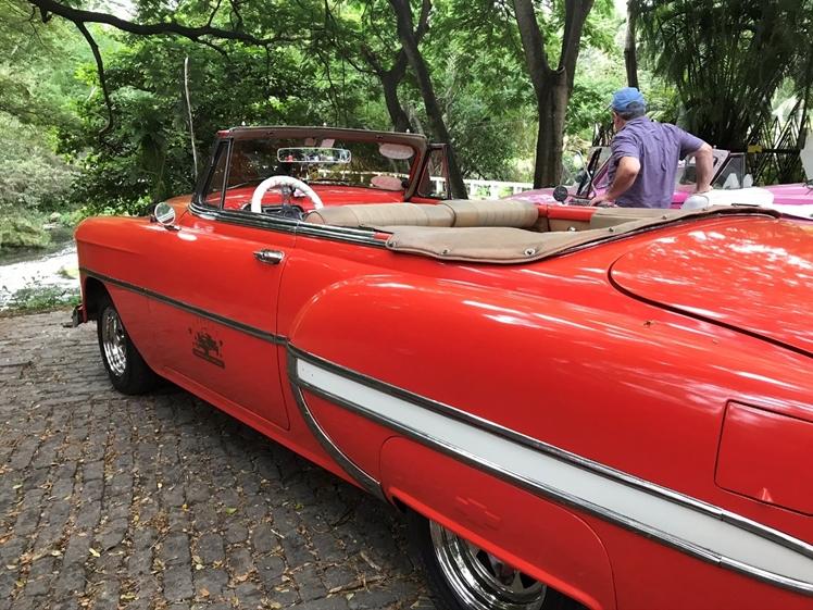 Met rode old timer door Havana Cuba