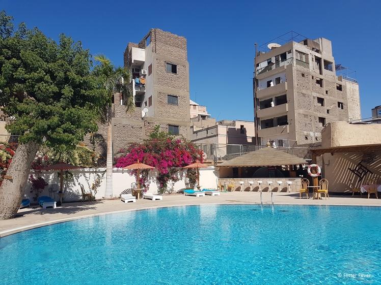 Middagje aan het zwembad bij ons hotel in Luxor