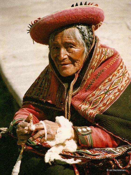 Peruaanse oudere dame door Jan Bastiaansen
