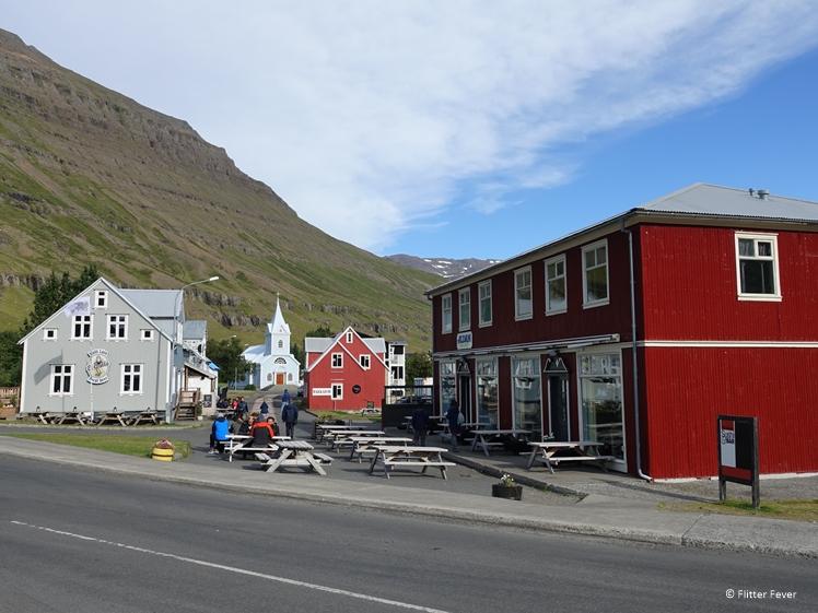Centraal Seydisfjördur met Nordic Restaurant rechts