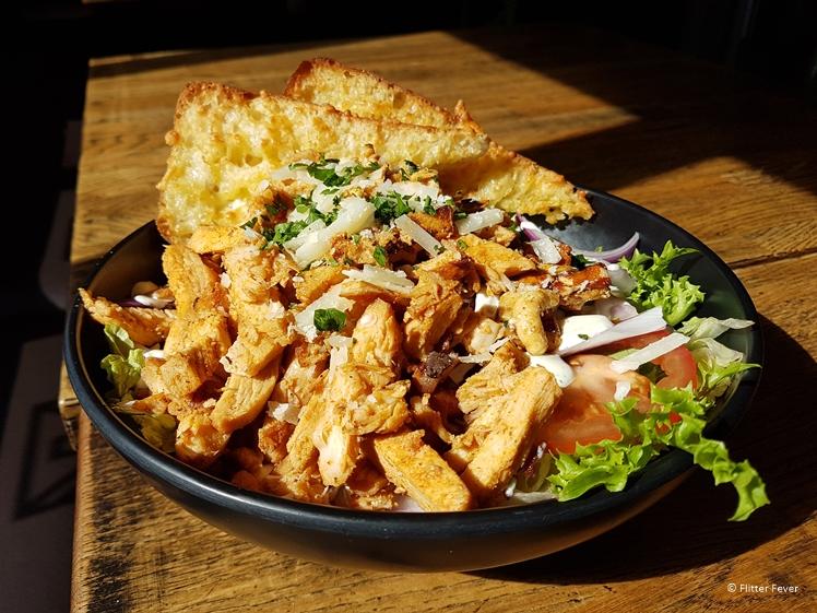 Salade met kip bij Kaffi Krus Selfoss restaurant
