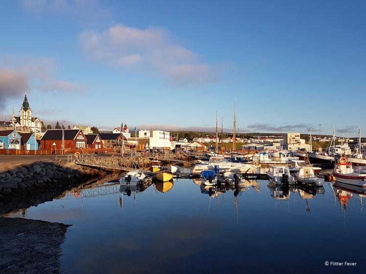 De haven van Husavik met links het bruine gebouw Gamli Baukur restaurant