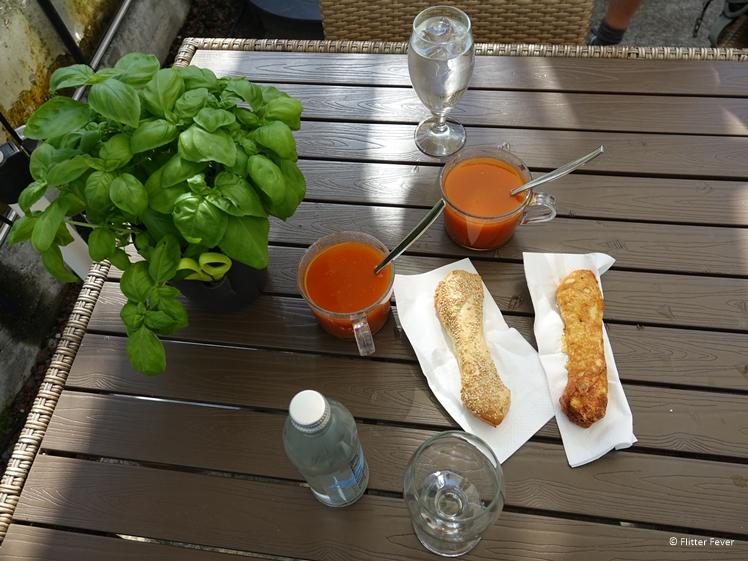Kop tomatensoep met gebakken broodje bij Fridheimar tomatenrestaurant in kas