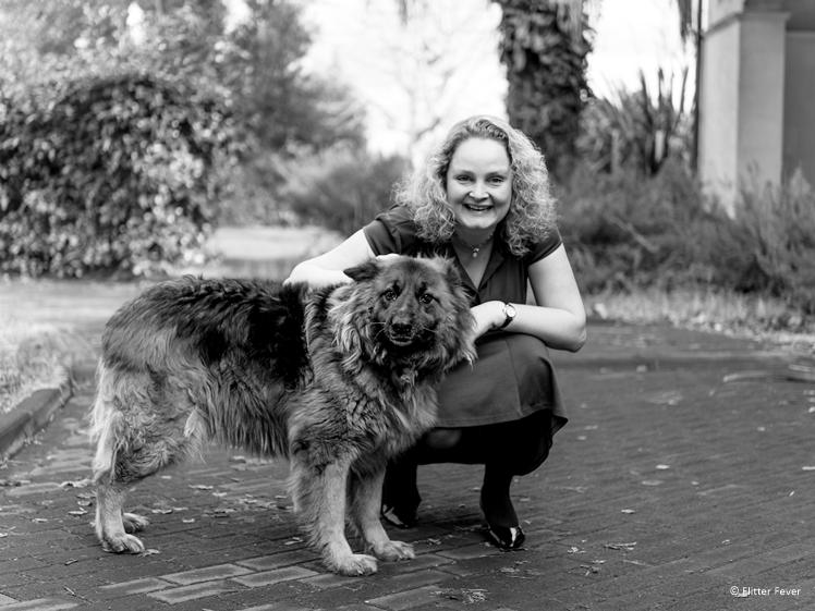 Vrouw met hond zwart-wit foto