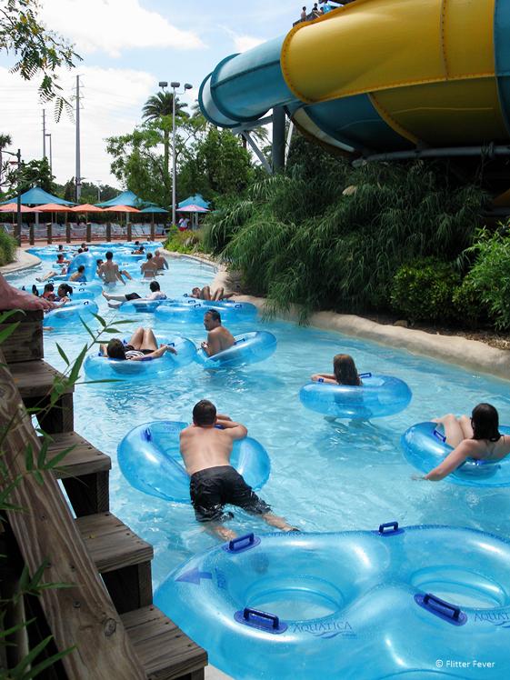 Wildwaterbaan met zwembanden in Aquatica Orlando Florida rondreis