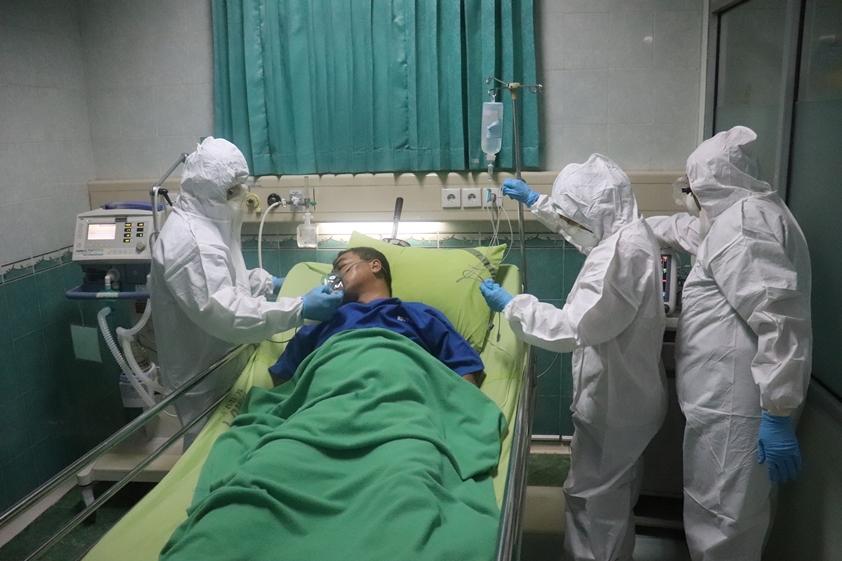 Man in the ICU in hospital (photo credits Mufid Majnun)