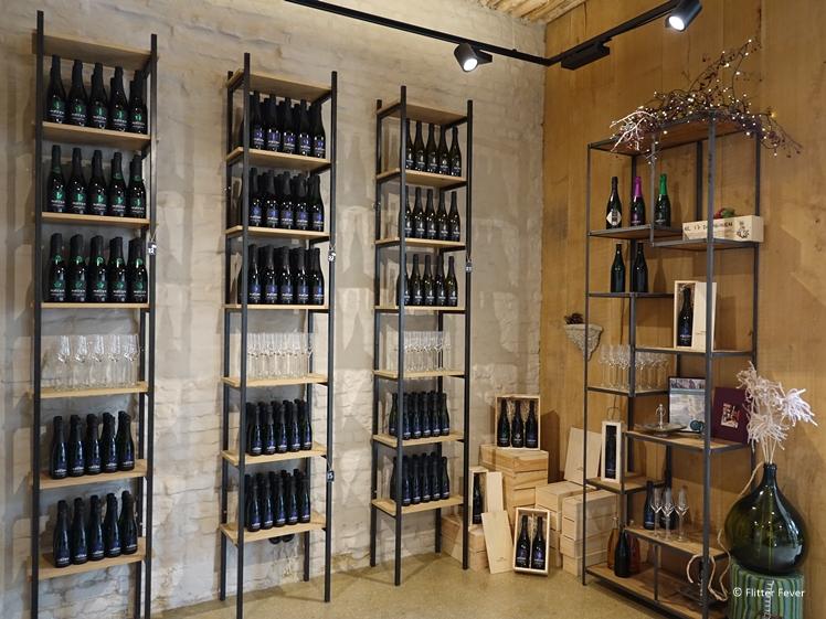 De wijnwinkel van Domein Holset (rechts)