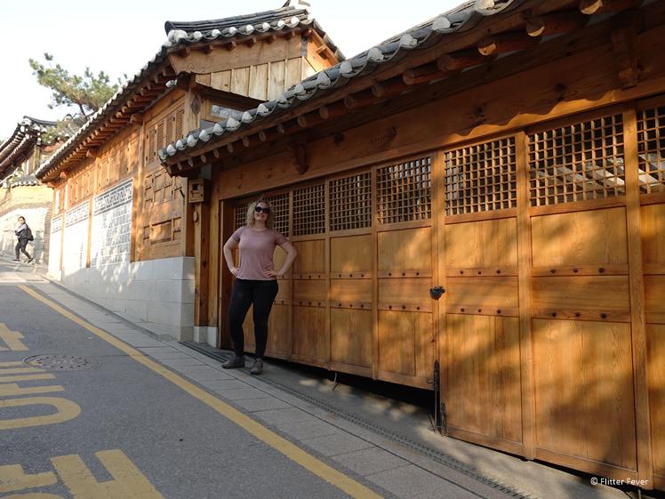 Vrouw bij houten huis in Bukchon Hanok Village in Seoul Zuid Korea