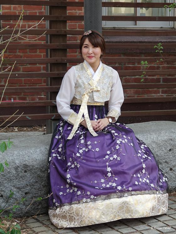 Dame in Koreaanse hanbok jurk Seoul