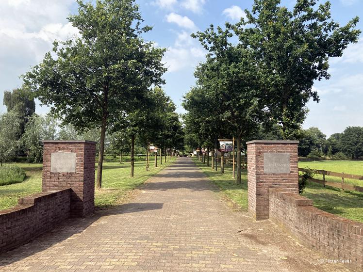 De stijlvolle oprijlaan van Wijnhoeve de Heikant in Groesbeek