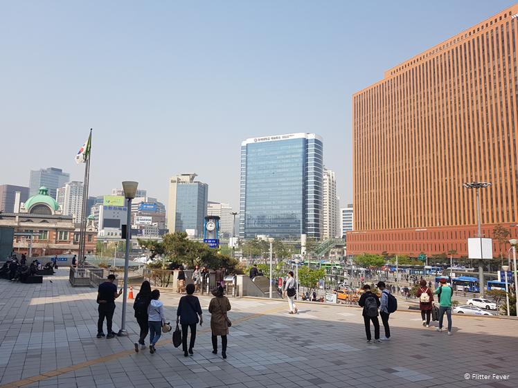 En dan loop je Seoul Station uit...