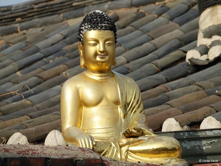 Gouden Boeddha op het dak van een huis in Seoul