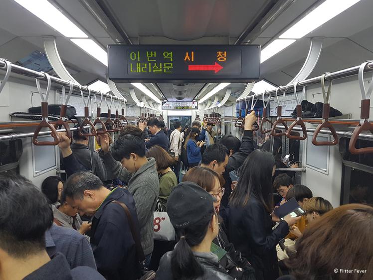 In een volle metro tijdens spitsuur in Seoul