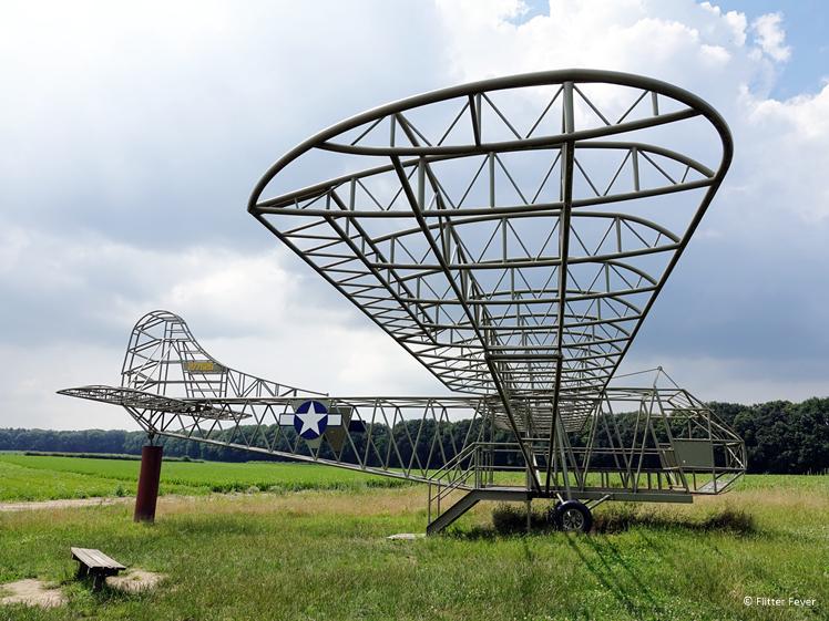Op ware grootte Waco glider bij wijngaard Klein Amerika in Groesbeek